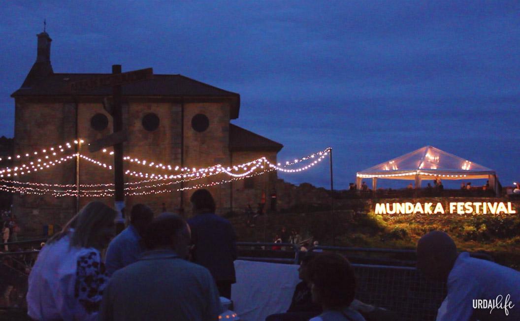 Luces y ermita de Santa Katalina en Mundaka Festival