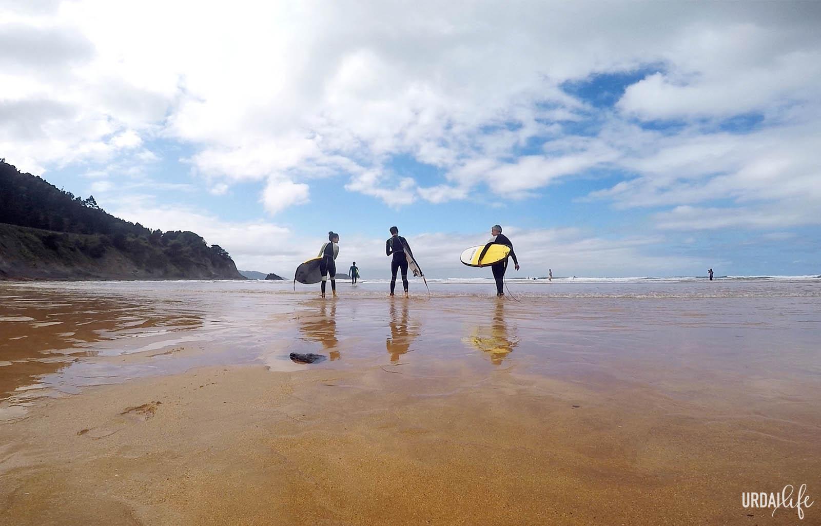 Clases de surf en la playa de Laga, Ibarrangelu