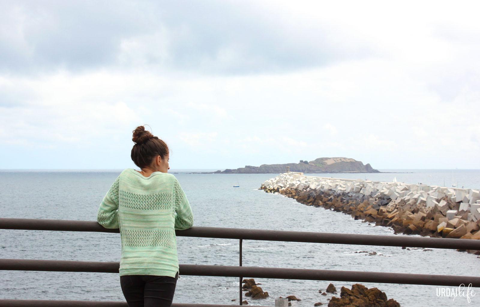 Vistas desde Bastarre, en Bermeo. Rompeolas e isla de Izaro.
