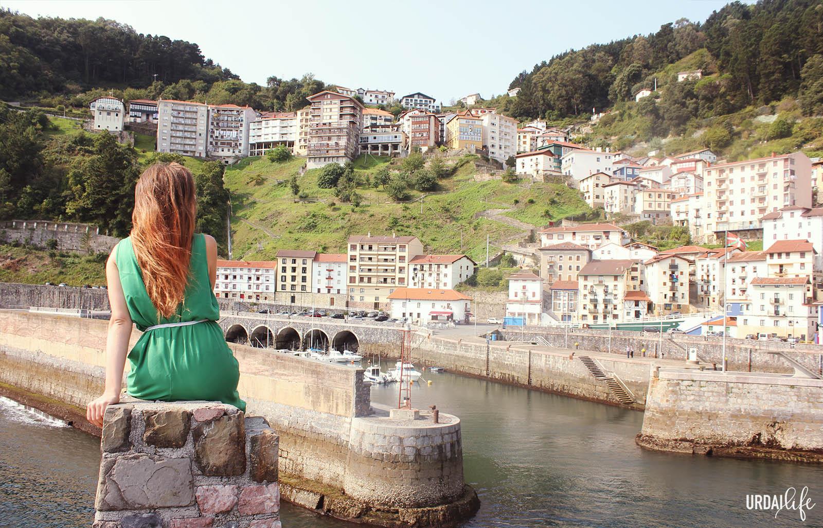 Panorámica del pueblo de Elantxobe desde un rompeolas (Urdaibai, Bizkaia, Euskadi)
