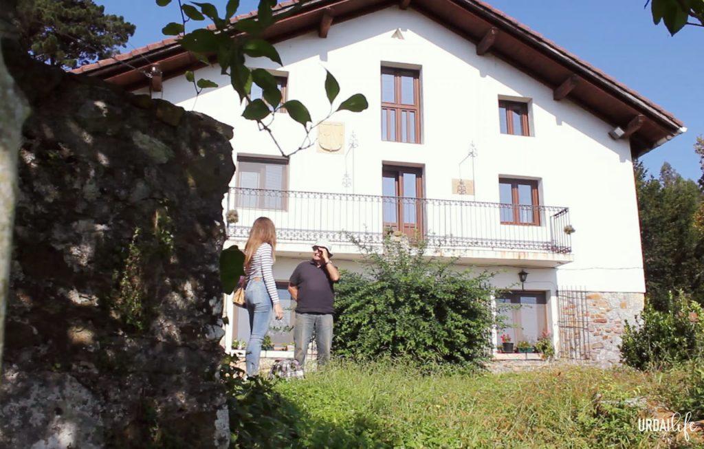 Caserío de la bodega Amunategi en Busturia (Urdaibai, Euskadi)