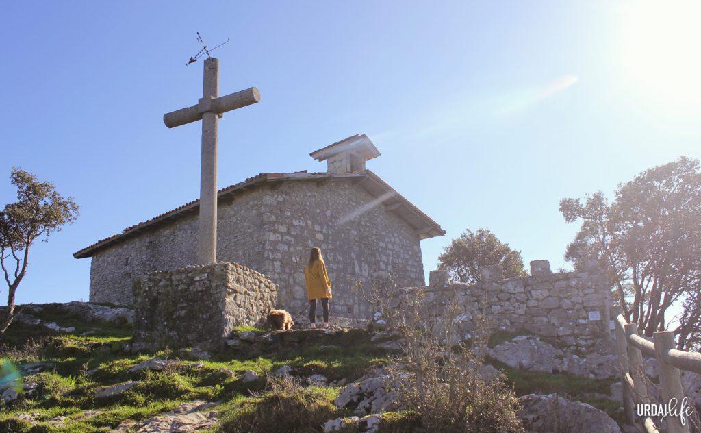 Ermita de San Pedro Atxarre y cruz