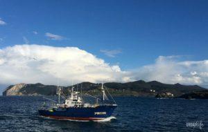 Barco entrando a puerto en Bermeo