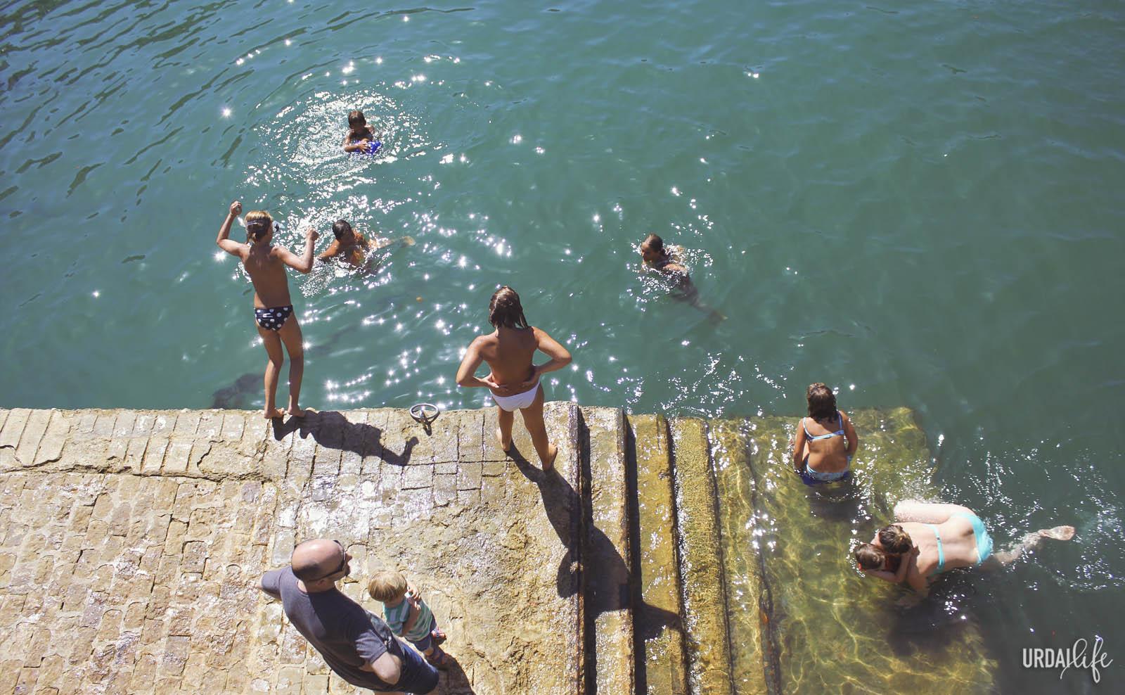 Baño en el puerto de Mundaka