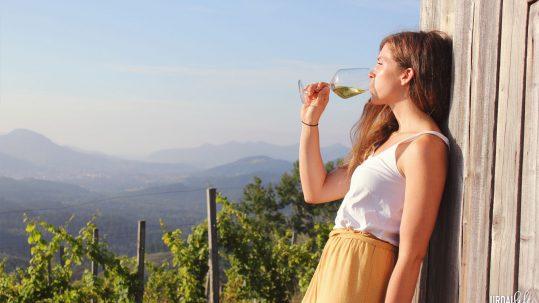 Nerea bebiendo copa de Txakoli en los viñedos de Bodega Berroja