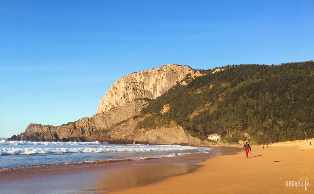 Playa de Laida con Ogoño al fondo. Día de surf