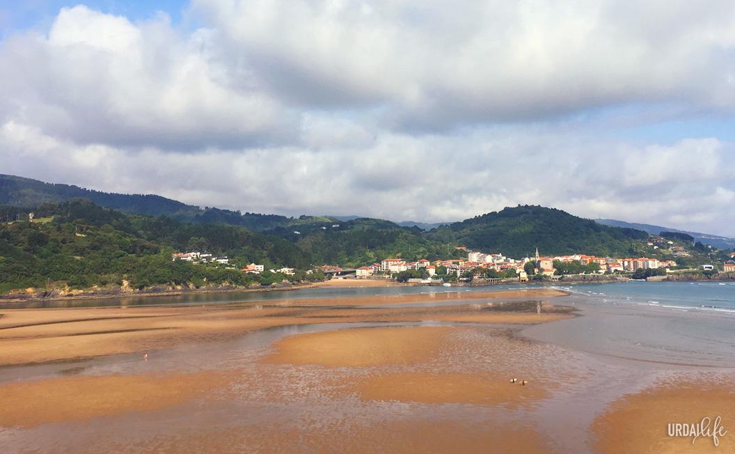 Playa de Laida con Mundaka al fondo. Marea alta.