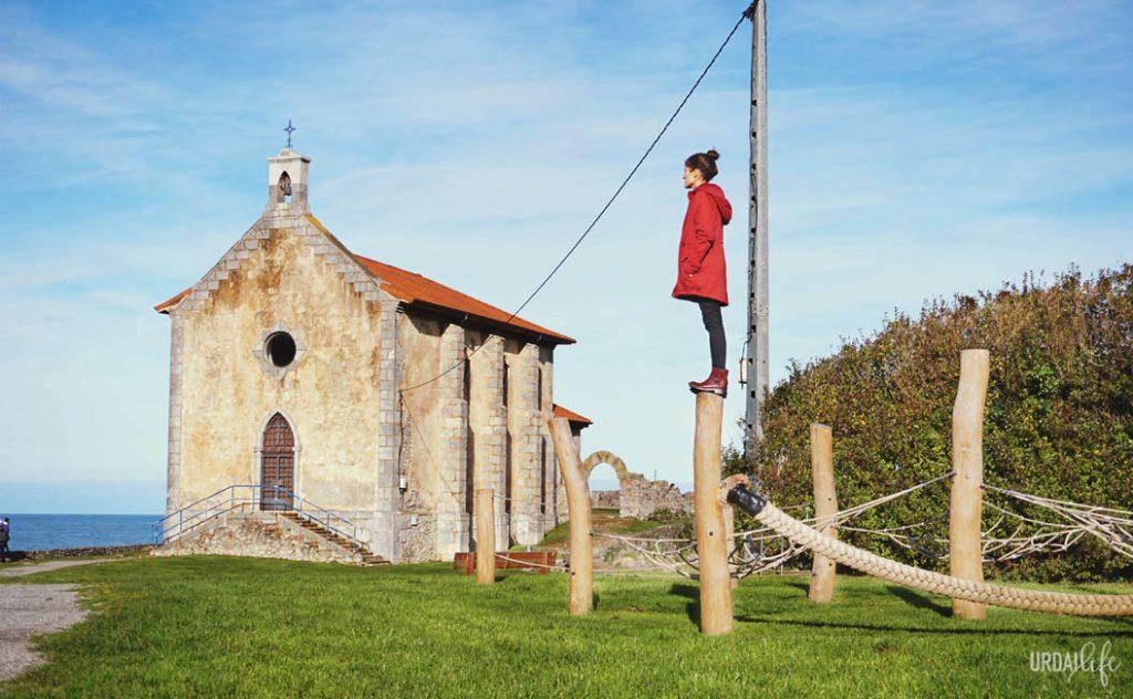 Haciendo equilibrios en uno de los parques infantiles de Santa Catalina, en Mundaka