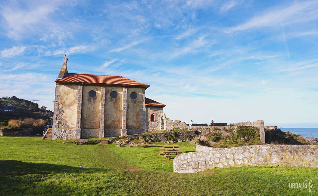 Ermita de Santa Catalina, en Mundaka, vista lateral