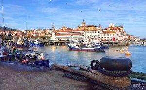 Vista del puerto de Bermeo: barcos pesqueros, frontón, cofradía e iglesia de Santa Eufemia