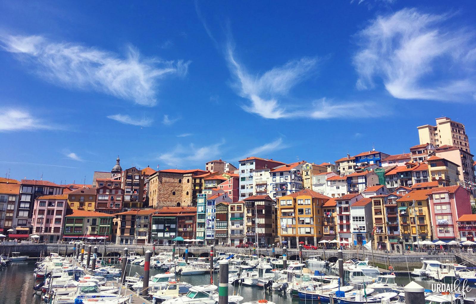 Puerto viejo de Bermeo, en la costa vasca, con casas de colores y barcos amarrados