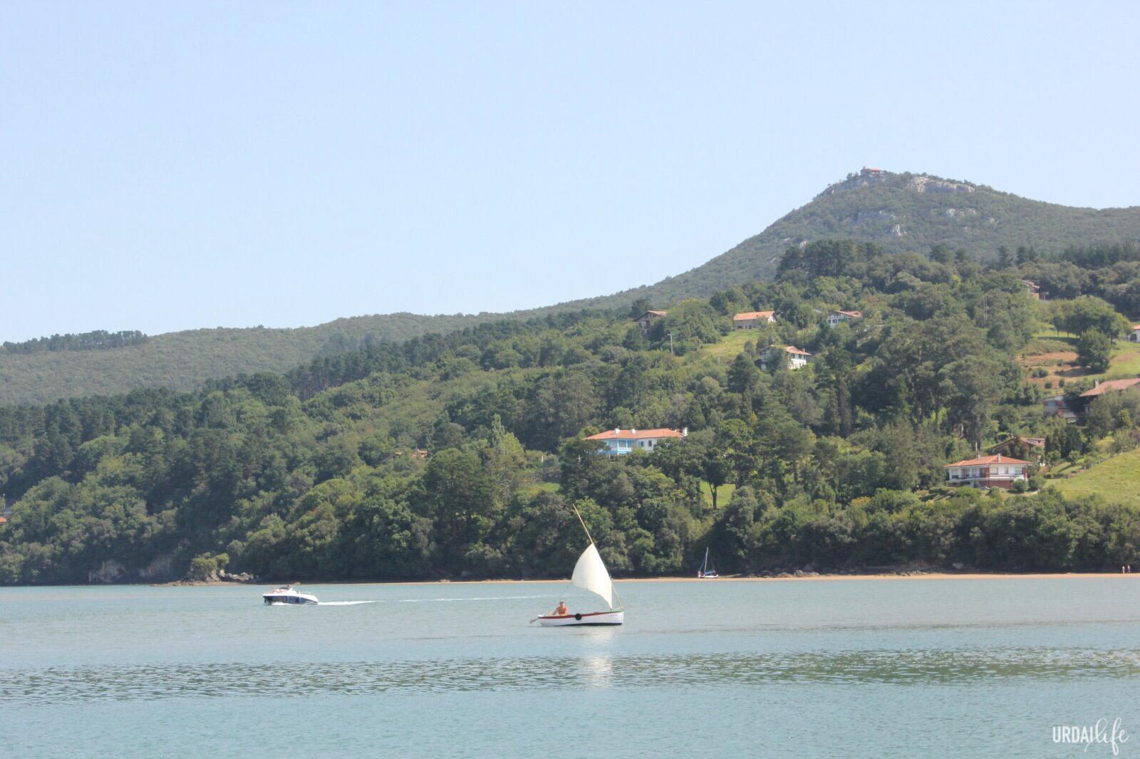 Embarcación a vela por la ría de Urdaibai