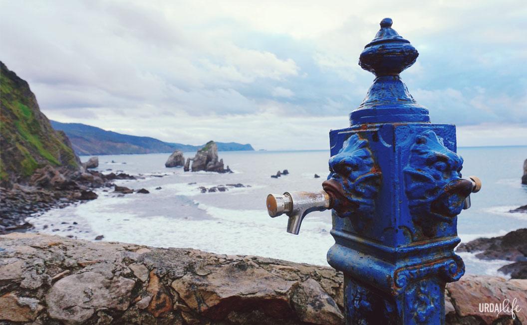 Fuente y vistas a Bakio desde San Juan de Gaztelugatxe