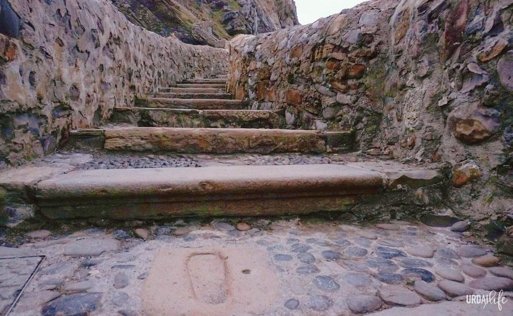 Huellas de San Juan en las escaleras de San Juan de Gaztelugatxe