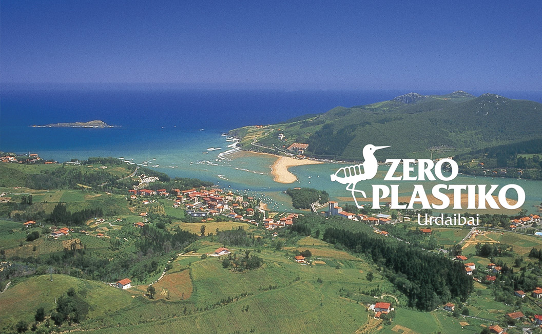Imagen de marca de Zero Plastiko Urdaibai, con paisaje de la Reserva de la Biosfera