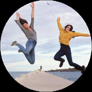 Sara y Nerea, fundadoras de Urdailife, saltando en el rompeolas de Bermeo, en Urdaibai