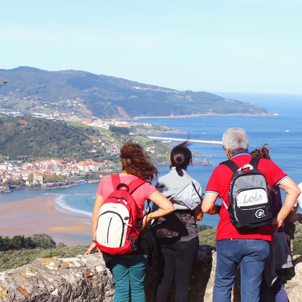 Grupo de una visita guiada personalizada mirando Urdaibai desde Atxarre