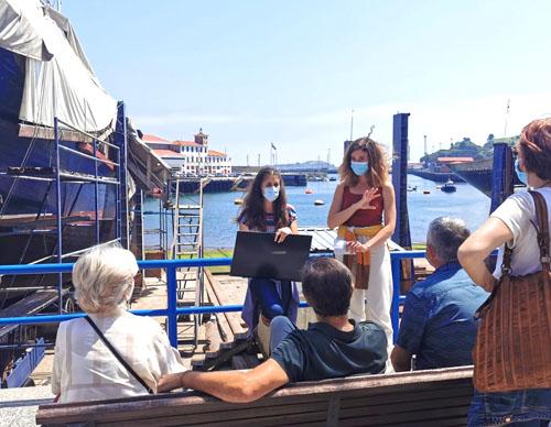 Momento de la visita guiada en Bermeo, explicando la historia del pueblo frente al puerto.