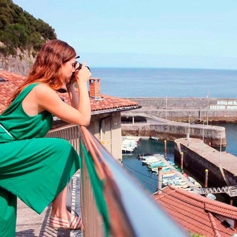 Fotografiando el puerto de Elantxobe desde un mirador