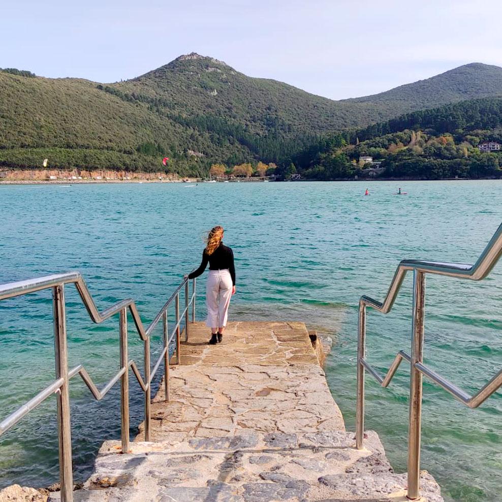 Nerea en las escaleras mirando hacia el estuario de Urdaibai